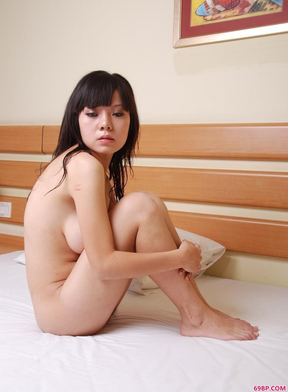美模魅影大床上的美丽人体_扒开两腿中间缝流白浆