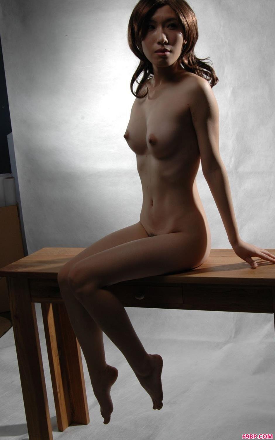 嫩模绵绵桌子上的诱人人体