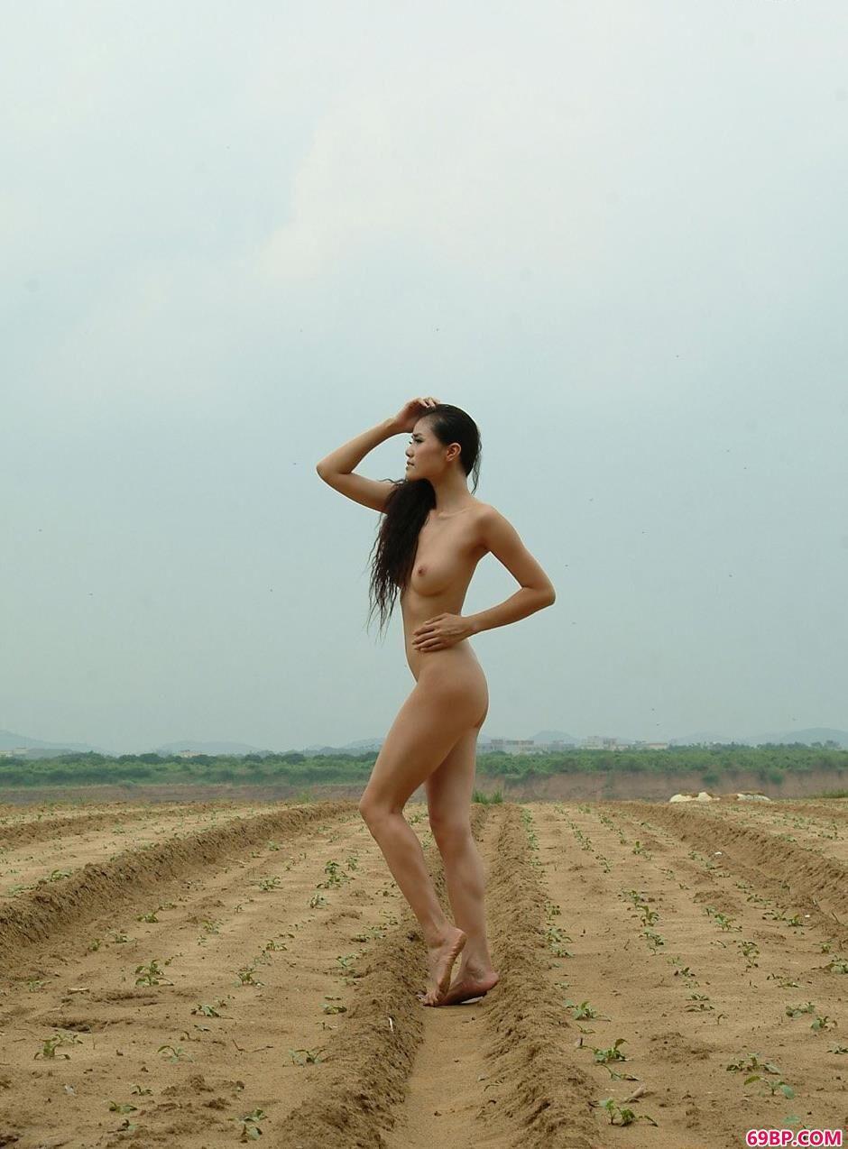 靓妹莉娜乡村田地的小路上_毛太多不爱去澡堂