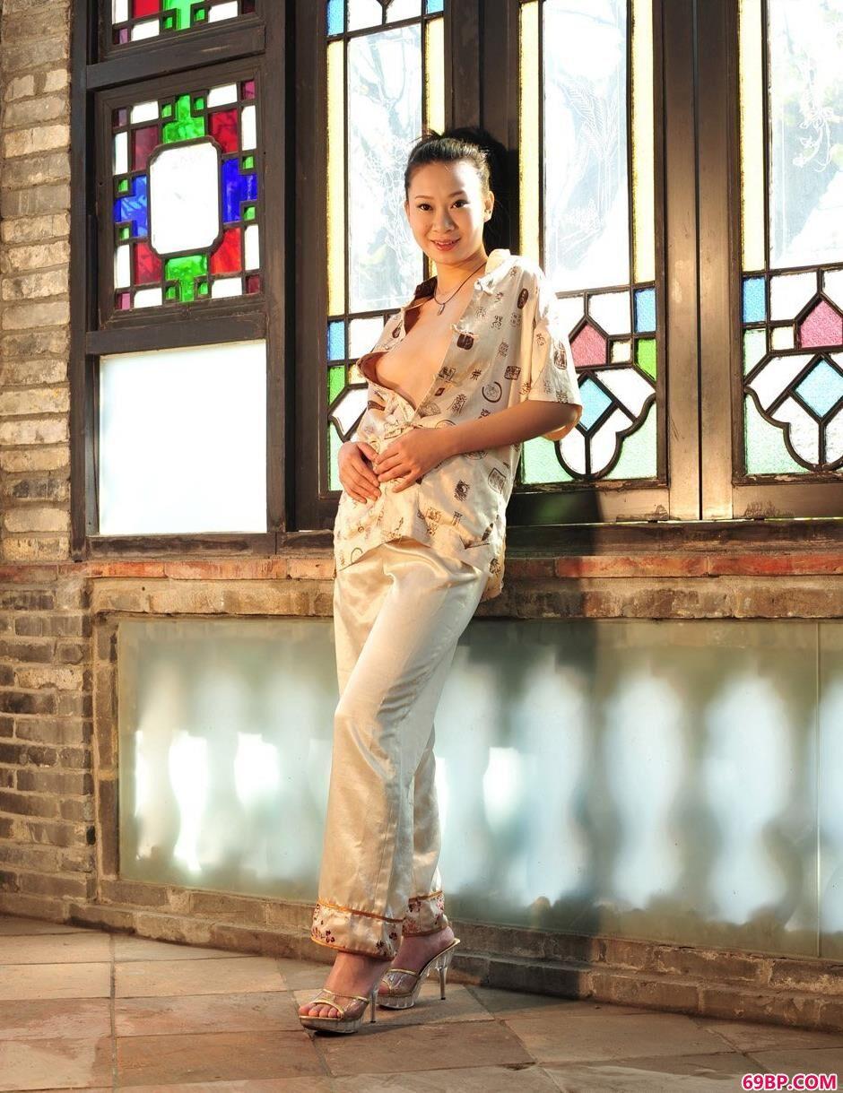 美人李雯在电影拍摄基地里的撩人美体