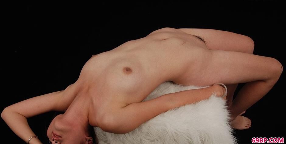 靓妹茜茜棚拍羊毛毯上的风骚人体