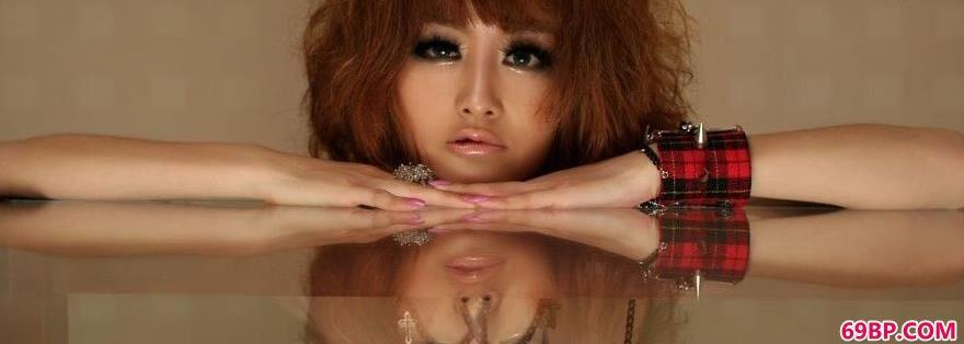 坐在玻璃桌上的妹子嫩模Yumi1