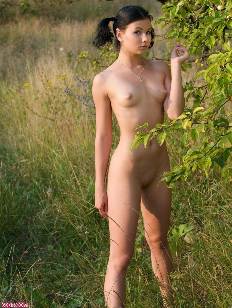 超模玛丽娜Marina果林里的性感人体