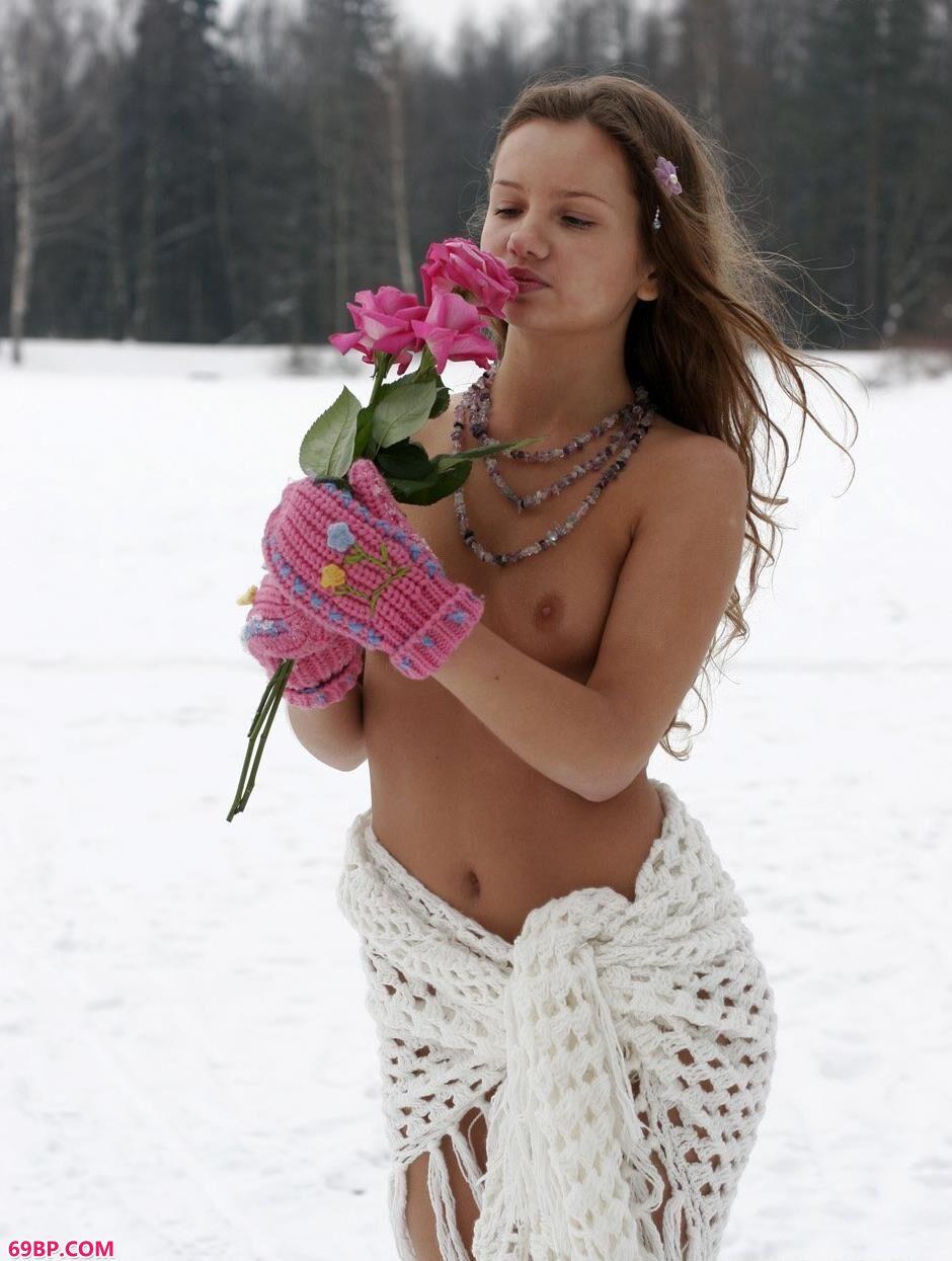 裸模克莉斯汀娜雪地上的清凉人体1