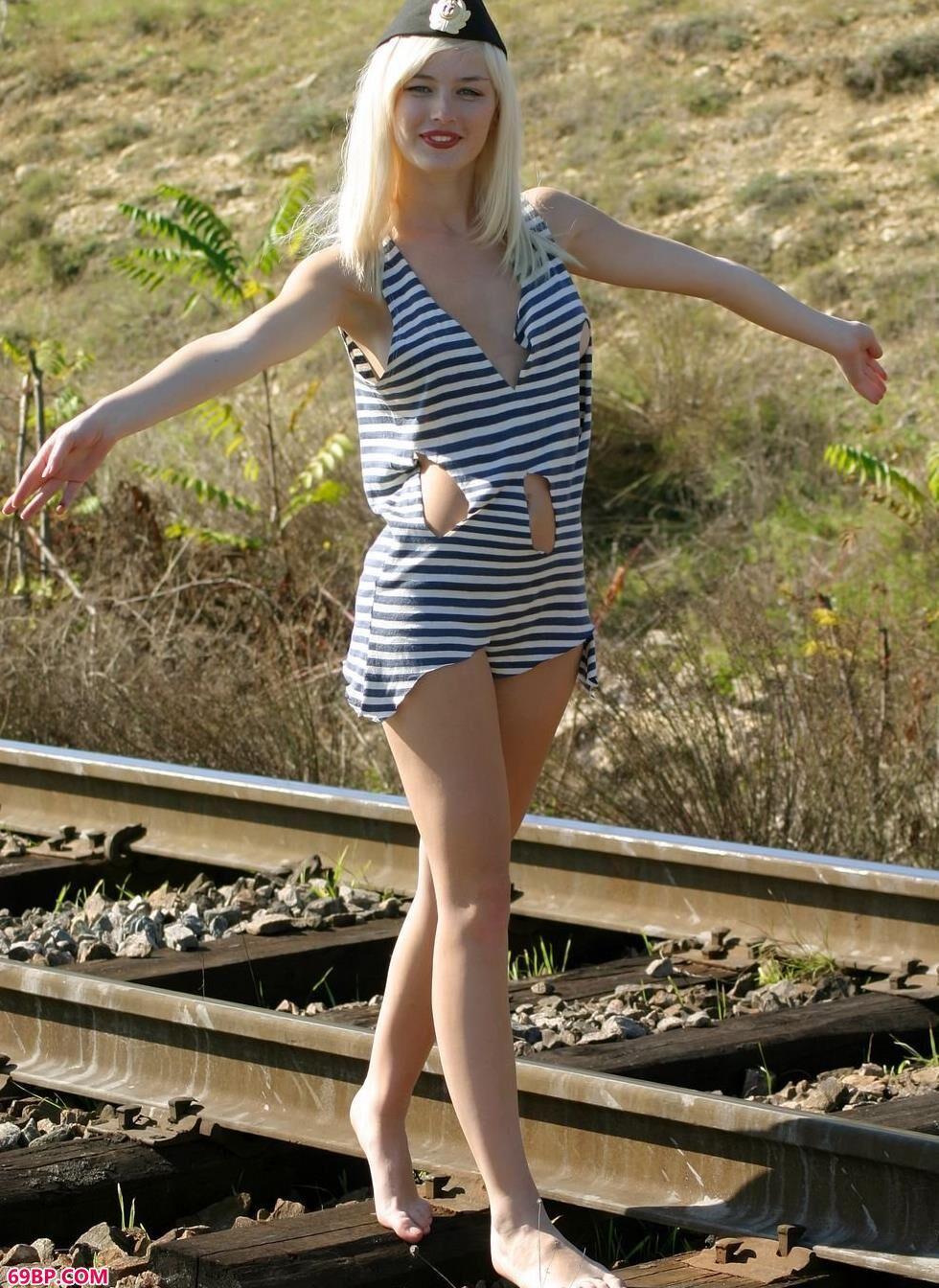 裸模Lilu铁轨上的军装翘臀