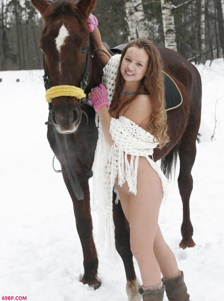 美模Kristina雪中骑马飞奔2