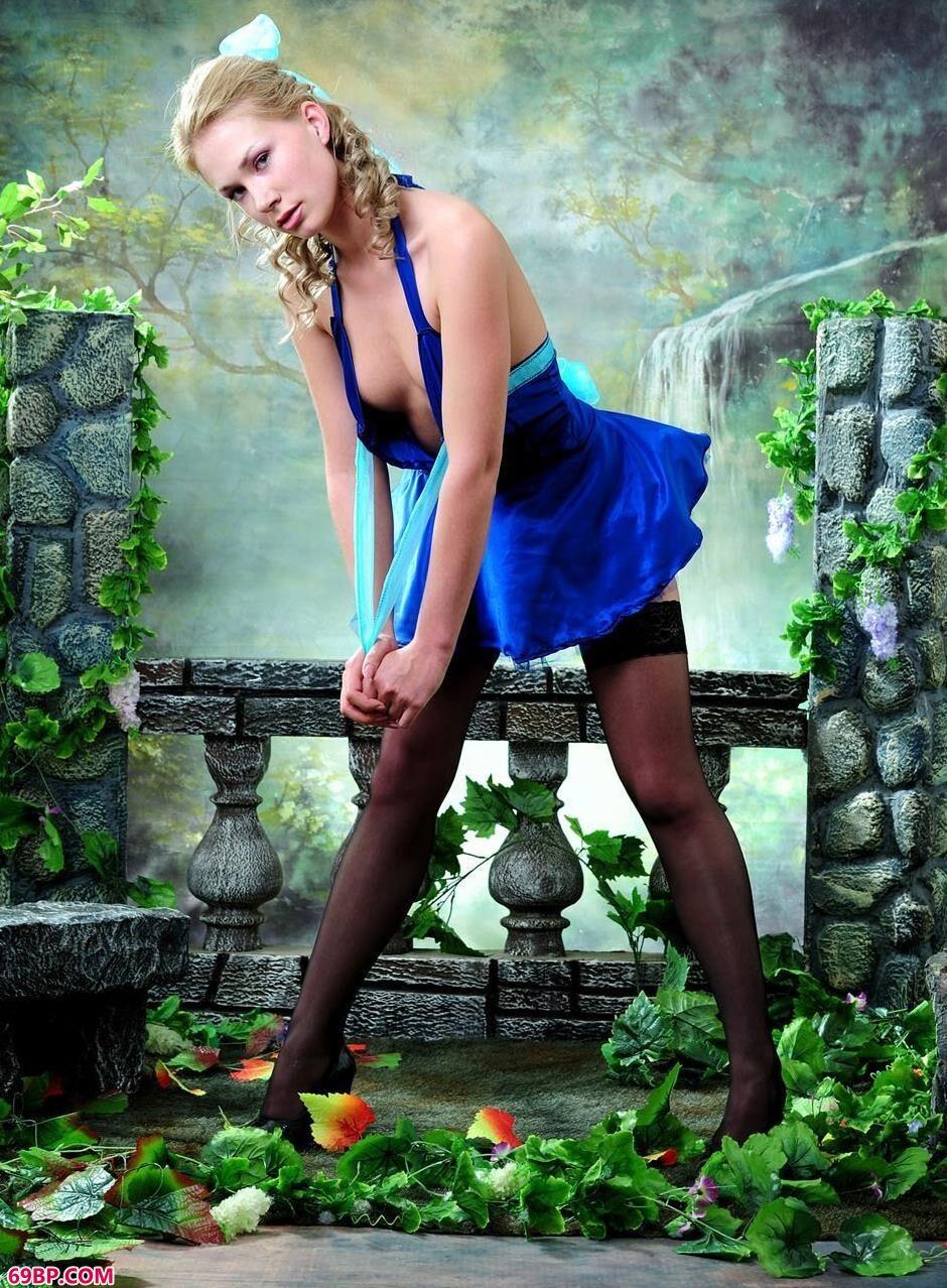 嫩模Cornelia棚拍庭院背景的可爱人体_国产拍国产拍拍偷电影