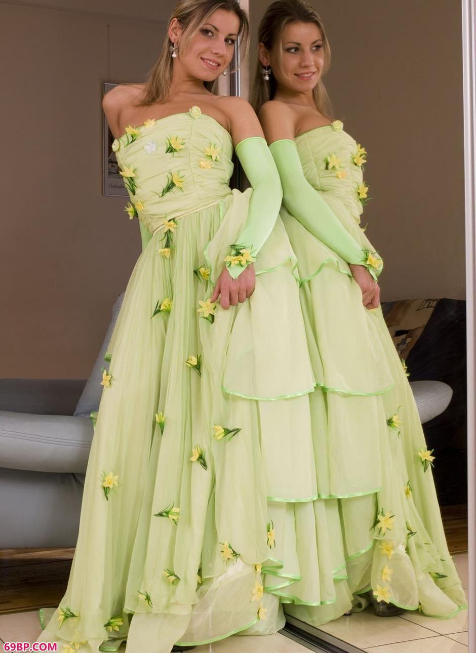 美模Gloria在镜子前穿婚纱拍人体1_gogo欧美女性人体艺术图片