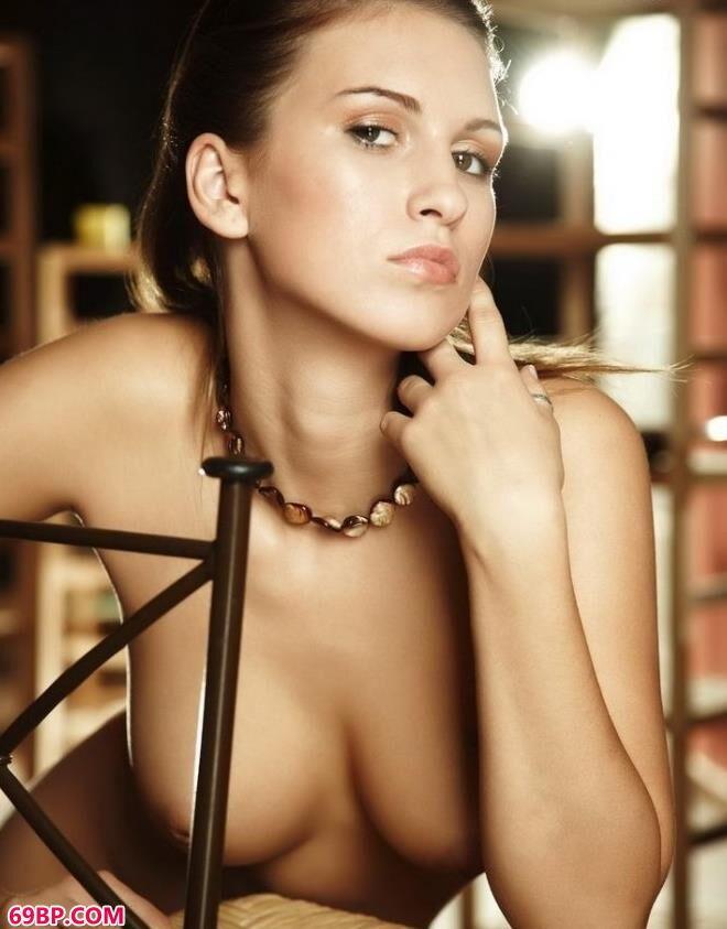 名模janet室内藤椅上的经典美体_美女大尺度沟沟
